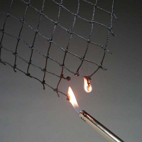 火元を近づけると燃焼します。難燃剤により着火しにくい傾向があります。