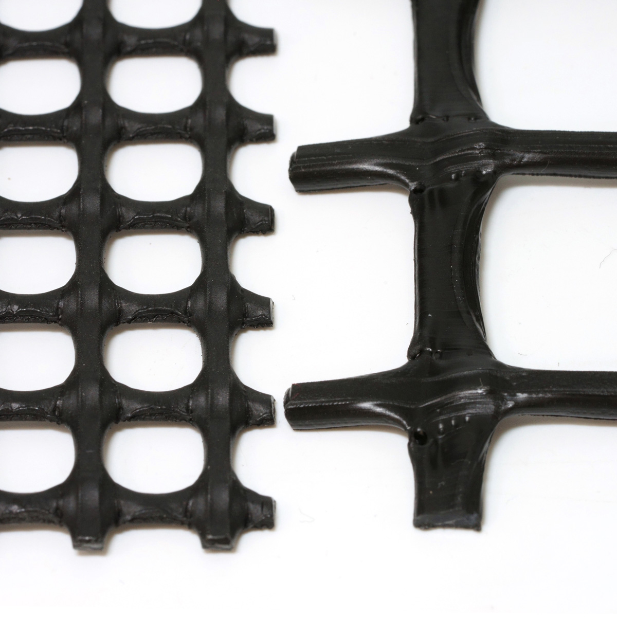左:〈硬樹脂ネット10〉右:〈硬樹脂ネット25〉の比較